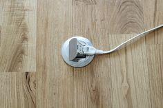 床は無垢フローリングに等間隔に埋込みコンセント