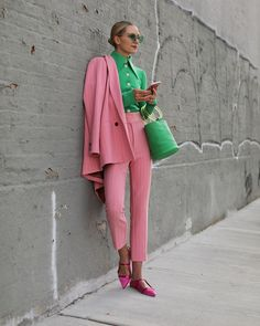 Blair Eadie wearing pink spring suiting by Ganni, green top by A.E, and green bucket bag by Simon Miller // Click through to Atlantic-Pacific for Blair's colorful spring suiting guide and lots of other spring suiting ideas Fashion Mode, Nyc Fashion, Fashion Week, Look Fashion, Street Fashion, Girl Fashion, Fashion Outfits, Fashion Trends, Fashion Bloggers