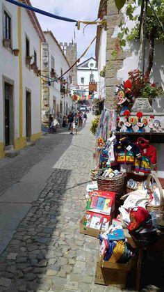 Er ligt een 1,5 kilometer lange muur rondom dit dorp. Je kunt er helemaal om heen lopen en alles van bovenaf bekijken. Straatje in #Óbidos #Portugal.