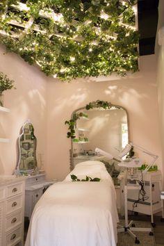 Tata Harper's spa room for facials and skin treatments at Credo in S. Massage Room Decor, Spa Room Decor, Massage Room Design, Beauty Room Salon, Beauty Room Decor, Beauty Salon Interior, Beauty Studio, Spa Studio, Beauty Salons