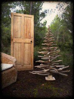 arbol de navidad sencillo y rustico en jardin