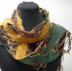 Green and Gold stringy scarf - like the strings. Nuno Felt Scarf, Felted Scarf, Felt Leaves, Scarf Tutorial, Needle Felting Tutorials, Sewing Art, Nuno Felting, Felt Art, Wool Felt