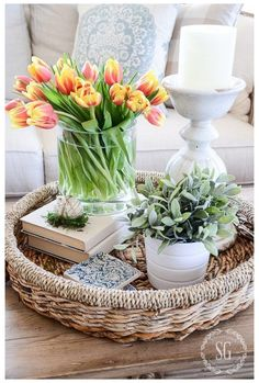 Coffee Table Styling, Decorating Coffee Tables, Coffee Table Tray Decor, Coffee Table Flowers, Coffee Table Centerpieces, Desk Styling, Tall Centerpiece, Dessert Tables, Dining Tables
