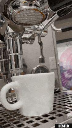 Oro liquido al mattino Flüssiges Gold, Liquid Gold, Kitchen Aid Mixer, Video, Gifs, Coffee, Gold, Funny Animal Jokes, Kaffee