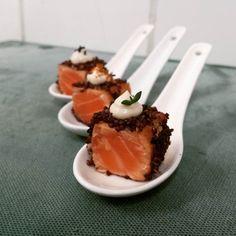 Dados de #salmon #tataki con costra de #quinua /#quinoa roja crocante. Prueba…
