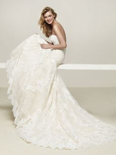 Wedding dress sweetheart neckline and straight back