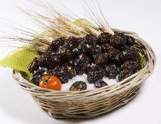 Ελιές στο αλάτι(θρούμπες) Υλικά 2 κιλά ελιές μαύρες ώριμες ½ κιλό αλάτι χοντρό Εκτέλεση Βάζουμε τις ελιές σε μια σακούλα πάνινη ή σε μια μαξιλαροθήκη και σκορπάμε το αλάτι ανάμεσα. Σε ένα δοχείο ή ταψί βάζουμε μια σχάρα και Greek Recipes, Acai Bowl, Food Processor Recipes, Food And Drink, Cooking, Breakfast, Tips, Acai Berry Bowl, Kitchen