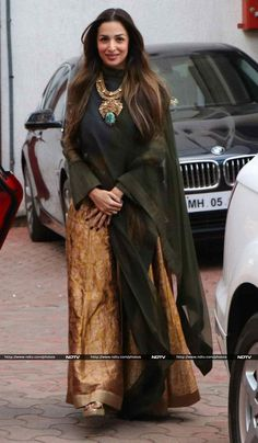Malaika Arora Khan rocked an ethic outfit by Payal Khandwala accessorized with… Boho Fashion Over 40, India Fashion, Hand Work Blouse Design, Bandana Design, Indian Designer Suits, Kurti Designs Party Wear, Indian Ethnic Wear, Saree Blouse Designs, Bollywood Fashion