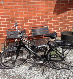 Uutena ostettu ja hyvin vähällä käytöllä ollut hyvä naisten peruspyörä. Ovh oli 699e.