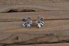 Arracades floreta primavera, realitzades amb plata de llei i coure, mitjançant la tecnica de la forja i el calat, tanca de boto, acabat lluent.