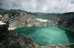 VOLCÁN DE KELIMUTU EN LA ISLA DE FLORES (INDONESIA)el Lago de los Ancianos es de un azul oscuro, casi negro; el Lago de los Hombres, turquesa, el Lago Encantado, marrón claro.