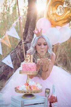 Golden Birthday Grown Up Cake Smash Session Golden Birthday, Birthday Cake Smash, 30th Birthday Parties, Funny Birthday, 31 Birthday Ideas, Birthday Gifts, Adult Cake Smash, Birthday Photography, Festa Party