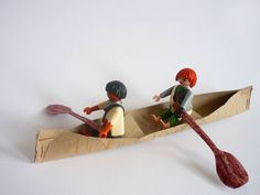 Ganz schnell lässt sich ein Kanu aus ein leeren Küchenpapierrolle basteln. Einfach in der Mitte durchschneiden, Enden zusammentackern und...