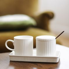 Charming small 4th-market set, now with its small mug : )
