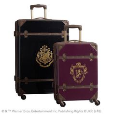 Whether by Floo powder or by Portkey, travel in wizarding style with our Hard-Sided Luggage Bundle Set. Antique hardware and your HOGWARTS™ house crest decorate this vintage-inspired Harry Potter luggage. They're designed with in-line … Objet Harry Potter, Mode Harry Potter, Harry Potter Cosplay, Harry Potter Decor, Harry Potter Outfits, Harry Potter Facts, Harry Potter Characters, Harry Potter Hogwarts, Harry Potter Kleidung