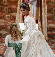 WINDSOR, ENGLAND - OCTOBER Princess Eugenie of York passes her bouquet to bridesmaid Savannah Phillips during her wedding to Jack Brooksbank at St. George's Chapel on October 2018 in Windsor, England. (Photo by - WPA Pool/Getty Images) Princesa Eugenie, Princesa Charlotte, Princesa Diana, Royal Wedding Gowns, Royal Weddings, Wedding Dresses, Princess Eugenie Jack Brooksbank, Princess Kate, Princess Beatrice Wedding