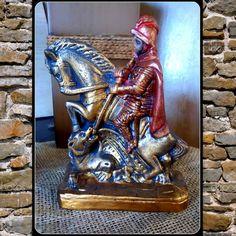 Imagem de gesso, pintada à mão! <br> <br>São Jorge foi, de acordo com a tradição, um soldado romano no exército do imperador Diocleciano, venerado como mártir cristão. Na hagiografia, São Jorge é um dos santos mais venerados no catolicismo. É imortalizado na lenda em que mata o dragão. Símbolo de força, luz para os caminhos e proteção!