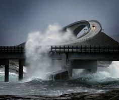 Passar por essa estrada é no mínimo, inesquecível. Sem contar a adrenalina e o medo da água do mar atingir o carro nos dias de mar agitado. A Atlantic Ocean Road fica na Noruega e virou atração mundial. Não precisa nem explicar o motivo!