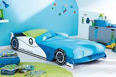 Grand+Prix+Barneseng+-+Sjov+og+smart+børneseng+som+er+udformet+som+en+racerbil+i+blå/hvid.+Den+ideelle+seng+til+børneværelset,+hvor+dit+barn+kan+drømme+om+Disneys+´Cars´+hele+natten+og+lege+racerkører+om+dagen.+I+sengens+gavl+er+der+en+praktisk+hylde,+hvor+der+kan+stilles+bøger,+tegneserier,+vækkeur+m.m.+på+-+kun+fantasien+sætter+grænser.+Madras+medfølger+ikke,+men+kan+tilkøbes.