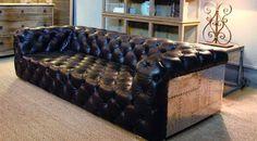 Decora Interi : Decoração : Botonê e Capitonê Furniture, Upholstered Sofa, Wood Sofa, Best Leather Sofa, Loft Furniture, Beautiful Sofas, Sofa Design, Couch Furniture, Furniture Design