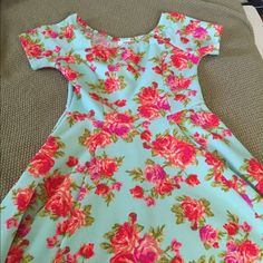 Floral print dress Super cute bright floral dress. Figure flattering. Worn once. Dresses Midi