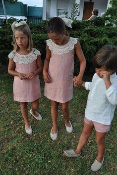 Love the crocheted collar on simple Aline sundress Little Girl Fashion, Toddler Fashion, Kids Fashion, Little Girl Dresses, Girls Dresses, Flower Girl Dresses, Outfits Niños, Kids Outfits, Toddler Dress