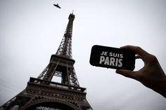 """Cela a commencé dès le lendemain des attentats. Le 14 novembre, l'Institut national de la propriété industrielle (INPI) recevait des demandes d'enregistrement de marques telles que """"Je suis Paris"""" ou """"Pray for Paris"""". L'INPI n'a pas précisé combien de demandes avaient été déposées. En janvier dernier, après la tuerie de Charlie Hebdo, il avait reconnu avoir reçu plusieurs dizaines de demandes pour """"Je suis Charlie"""". Egalement refusées.Demandes """"contraires à l'ordre public""""""""L'INPI a pris la…"""
