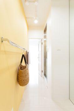 浴室近く、家事室への入り口。鮮やかなイエローの壁にもバー型の収納がついています。#S様邸多摩川 #浴室 #家事室 #ファミリー #シンプルな暮らし #ファミリー #EcoDeco #エコデコ #インテリア #リノベーション #renovation #東京 #福岡 #福岡リノベーション #福岡設計事務所 Furnitures, House Styles, Arquitetura