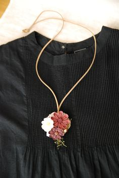 Felt Hair Accessories, Kanzashi Flowers, Ribbon Art, Textiles, Flower Crafts, Collar Necklace, Diy Hairstyles, Fabric Flowers, Hair Bows