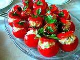 Kıbrıs Domates Dolması Tarifi   Domatesleri yıkayıp, üst kısımlarından kesin, iç kısmını oyarak çıkartın ve iç malzemesine eklemek üzere ayırın. Soğanları yemeklik doğrayıp birkaç dakika kavurduktan sonra, yıkamış olduğunuz pirinci ve rendelenmiş domates içini ilave edin.