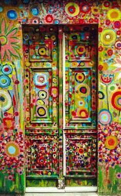 front door paint colors - Want a quick makeover? Paint your front door a different color. Here's some inspiration for you. door paint colors - Want a quick makeover? Paint your front door a different color. Here's some inspiration for you. Cool Doors, Unique Doors, Door Knockers, Door Knobs, When One Door Closes, Boho Home, Door Gate, Painted Doors, Doorway