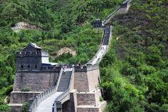 (149) TEC 05 - Gran Muralla China, La primera versión de la Muralla fue construida 400 años antes del nacimiento de Cristo. Incluso, la versión más compleja que conocemos hoy en día -ya que en realidad una serie de paredes fue construida y reconstruida a través de los siglos- tiene entre 500 y 700 años. Pero, aún sin motores de diésel ni ordenadores, los chinos construyeron una muralla defensiva sólida que atraviesa 6.500 kilómetros de imponente, y muchas veces montañoso, terreno.