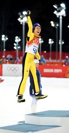 銀メダルを獲得し、表彰台で跳びはねる葛西紀明=遠藤啓生撮影