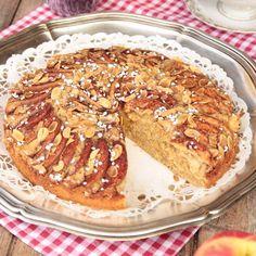 Rivna äpplen i smeten gör kakan extra saftig och smakrik.