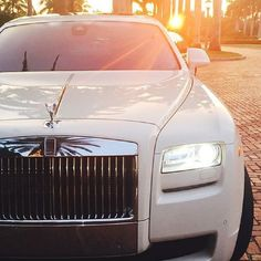 Rolls-Royce invites you to enter a world of luxury. Check Out The Most Luxurious Rolls Royce Wallpapers Gathered Here For You. Rolls Royce Blanco, White Rolls Royce, Rolls Royce Cars, Rolls Royce Phantom White, Rolls Royce Wraith, Maserati, Bugatti, Ferrari F40, Fancy Cars