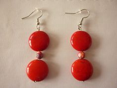 Boucles d'oreille palets rouges Howlite et perle polymère fleurit. : Boucles d'oreille par laboiteabijouxnanny