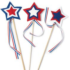 Star Spangled Wavers Kids Craft for Memorial Day How are you going to celebrate Memorial Day with your family? Gear up for your weekend BBQs and celebrations or even your local parade with these fun star batons for your kids! Boys and girls love … 4th Of July Parade, July 4th, February, Summer Crafts, Holiday Crafts, Summer Art, Labor Day Crafts, Year Of Independence, Patriotic Crafts