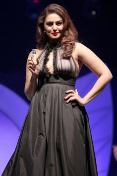 Huma Qureshi Sexy Cleavage Stills at Oriflame Cosmetic Launch Bollywood Actress Hot Photos, Bollywood Fashion, Bollywood Style, Indian Celebrities, Bollywood Celebrities, Beautiful Indian Actress, Beautiful Actresses, Beautiful Women, Huma Qureshi Hot