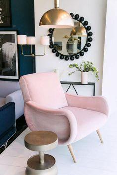 miroir mural design, fauteuil rose