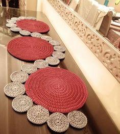 Crochet Mat, Crochet Slipper Pattern, Crochet Mandala, Crochet Slippers, Crochet Crafts, Crochet Doilies, Free Crochet, Crochet Placemat Patterns, Crochet Table Runner Pattern