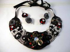 Max colar, com pedras e fuxico,acabamento com cordão prateado,acompanha par de brincos fazendo conjunto com o colar. R$ 30,00