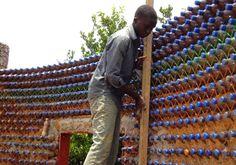 casa fatta da bottiglie di plastica
