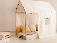 lit cabane en bois, voiles, matelas coussins jaunes et blancs, parquet clair, tapis, couleur mur rose clair, amenagement chambre enfant méthode montessori