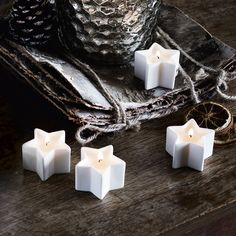 The inviting aroma of stepping in from the cold, Winter will instantaneously wrap your senses with its warm, spicy scent. Curl up on an armchair as notes of cinnamon and clove add warmth to your room, while a dash of fresh orange rebalances your mood.