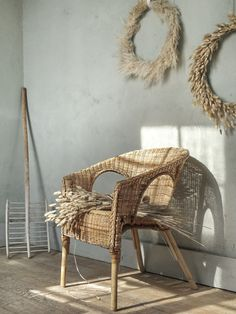 In a few years, the decor chic country has modernized while retaining the charm and authenticity. The craft furniture Ikea Presents, Ikea Deco, Country Chic Decor, Wine Glass Chandelier, Summer Campaign, French Country Style, Christmas Inspiration, Surabaya, Wicker
