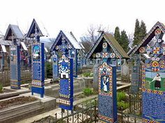 Most cemeteries around the world are quiet, solemn places where colors, jokes or smiles aren't seen very often. But the Merry Cemetery of Sapanta from Romania is probably the most bizarre cemetery on Earth, where many people come to enjoy themselves. Patras, Weird World Facts, Cemetery Headstones, Cemetery Art, Most Haunted, Luxor, Tasmania, Painting On Wood, How To Memorize Things