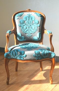 Luxury Classic Chair Designs With French Style - - Anleitung - Chair Design Funky Furniture, Furniture Makeover, Vintage Furniture, Painted Furniture, Furniture Design, Lounge Furniture, Lounge Chairs, Furniture Stores, Side Chairs