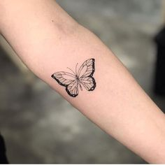 classic butterfly tattoo discovered by Aphrodite butterfly tattoo - Tattoos And Body Art Monarch Butterfly Tattoo, Simple Butterfly Tattoo, Butterfly Tattoo Meaning, Butterfly Tattoo Designs, Tattoo Designs For Women, Tattoos For Women Small, Small Tattoos, Female Tattoos Small, Traditional Butterfly Tattoo