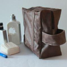 Trousse de toilette homme en simili cuir - Toilet bag for men http://www.alittlemarket.com/trousses/grande_trousse_de_toilette_homme_simili_cuir_marron_interieur_endui-2408887.html