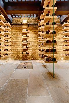Au magasin Hédonisme , les vins sont présentés de façon insolites. Voici des vins prestigieux présentés en flottement.